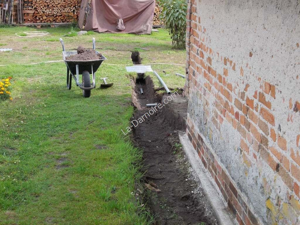 The rainwater overflow pipe is installed first